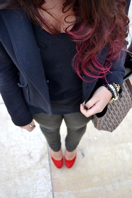 """Post de Mariam Gómez en su blog """"Ninety Five"""" con nuestros salón rojos. Un outfit oscuro para destacar el colorido de los zapatos."""