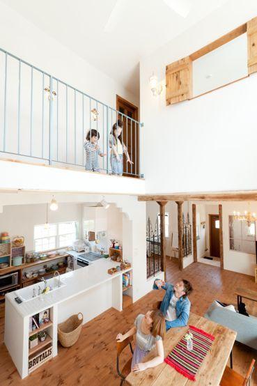 大きな吹抜けやオープンスタイルのL型キッチンに、モロッコ風の造作アイアンなど色んなテイストをミックスしたナチュラル住宅