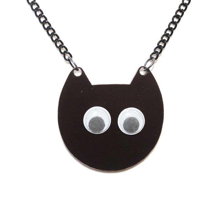 Extreme Largeness. Ketting met zwarte perspex katten hoofd met wiebelogen. De ketting heeft een zwarte coating. Lengte ketting 40 cm. Niet verstelbaar. Bedel is 4 cm breed en 4 cm lang.