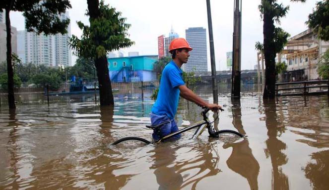 VIVAnews - Sejumlah warga dan kendaraan bermotor berusaha menerobos banjir di Jalan gembira, Guntur, Jakarta, Kamis (17/1/2013). Selain merendam pemukiman warga, banjir juga mengakibatkan sejumlah jalan tergenang sehingga mengakibatkan kemacetan. Foto: VIVAnews/Muhamad Solihin.