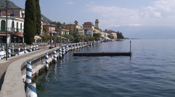 """Gardone Riviera - Die 2.700 Einwohner große Stadt Gardone Riviera liegt neben der Großstadt Salò, direkt am Westufer des Gardasees. Die Hügel, die das Städtchen umschließen, sorgen für das milde Klima, für welches Gardone Riviera so berühmt ist. Dadurch können exotische Pflanzen, wie Agaven, Zypressen und natürlich Zitronenbäume, bestens gedeihen. Gardone Riviera gehört neben Gargnano, Limone, Poscolano Maderno, Tignale, Tremosine und Salò zur berühmten """"Zitronenriviera""""."""