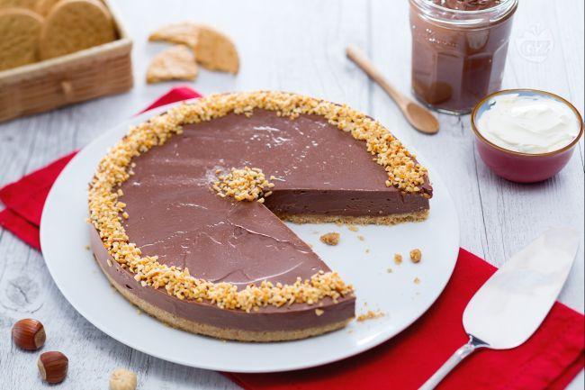 La cheesecake alla Nutella è un dolce super goloso! Il biscotto croccante fa da base per  una delicata mousse di nutella e formaggio cremoso!