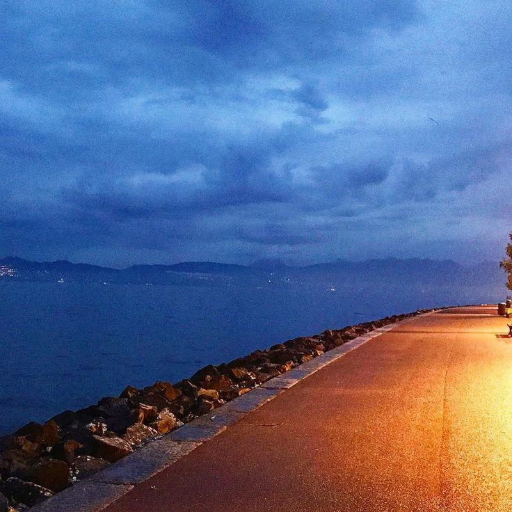 Набережная женевского озера совсем без людей  Хотя на часах  ещё только восемь   #этожизнь #осень #новаяжизнь #путешествие #октябрь #2016 #travel #october #traveling #reisen #followme #photoart #франция #france #evian