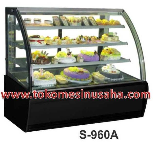 Curved Glass Cake Showcase adalah mesin showcase yang digunakan untuk mendisplay kue,selain kue mesin ini dapat digunakan untuk cokelat. Type : S-960A Dimensi : 180 x 81 x 140 cm Volume : 520 L Power : 1200 W Berat : 370 Kg Rak : 3 buah Pendingin : R134A