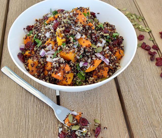 Thanksgiving Quinoa ✨ Que vas a preparer para Thanksgiving?  Yo esta quinoa increíblemente nutritiva 🙋🏼 La quinoa aporta por taza: ✔️8 gramos de proteína completa ✔️5 gramos de fibra ✔️220 calorías ✔️4 gramos de grasas buenas incluyendo Omega3s 1. Precalienta el horno a 400F 2. En un bowl mezcla 3 tazas de calabaza picada en dados con 1 cda de aceite de oliva, una pizca de sal de Himalaya y pimienta al gusto. 3. Coloca la calabaza en cubos en una bandeja de hornear y métela al horno por…