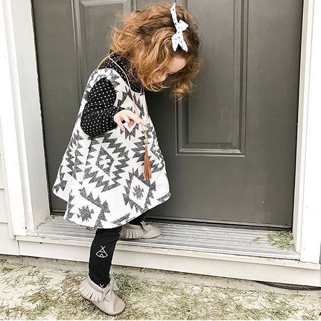 These Ash Grey Bow Mocs complete every outfit so well! So Neutral but they still have that perfect amount of girly touch to them👌🏼📷 @curlyduet . . . . . #poshpanda #allinthedetails #thatsdarling #handmadeshoes  #babylegs #leatheraccessories #canadian #simpleandsweet #brandrep  #babieswithstyle  #shophandmade #livecolourfully #leathergoods #handmadeshoes #bowmoccs #shopsmall #moccasins #genuineleather #candidchildhood #familybusiness #greyleather #girlyshoes  #madeincanada #momswithcameras…