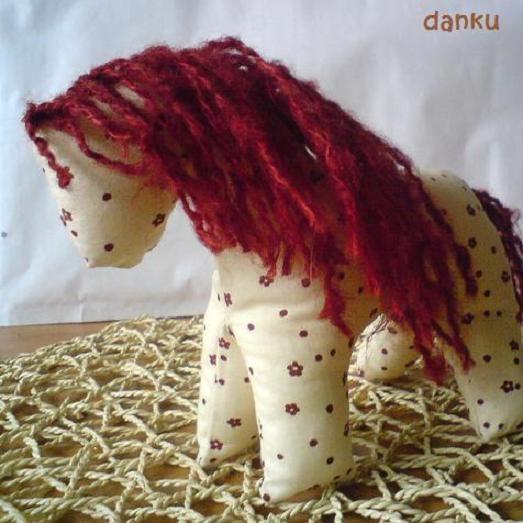 Koník grošák Tento malý textilní koník je určený jako hračka pro děti od 3 let. Je ušitý ze 100% české bavlny.