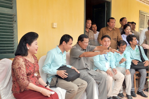 """PM Hun Sen and His Spouse Visit Deaf-Mute and Blind Children"""
