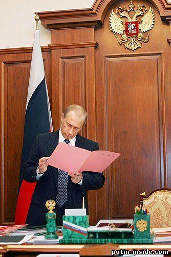 Президент Путин в своём кабинете за работой