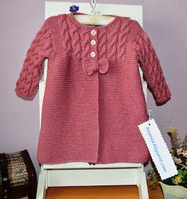 Abrigo hecho a mano en color malva en talla 12 -14 meses, con divertidos botones en forma de reloj y lazo de adorno. .