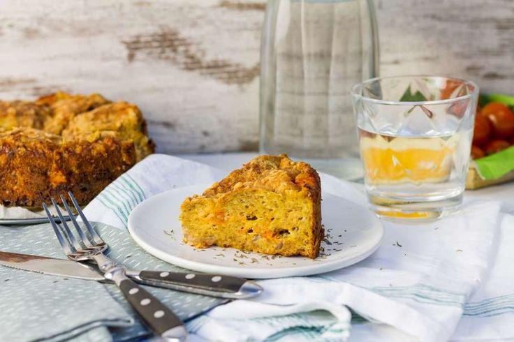 Recept voor broodtaart voor 4 personen. Met zout, olijfolie, peper, bakpapier, brood, cherrytomaat, ei, rode ui, mosterd, geraspte kaas, crème fraîche en knoflook