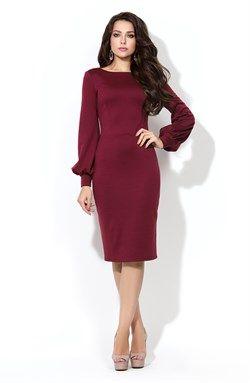Бордовое платье-футляр с глубоким круглым вырезом на спинке из плотного…