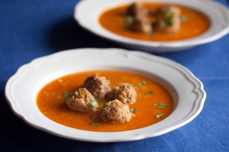 Zupa gołąbkowa czyli pomidorowa z ryżem i klopsikami z mięsa mielonego i podsmażonej kapusty