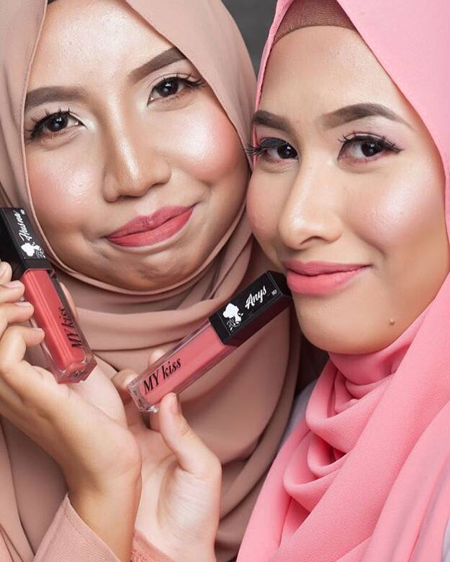 💃🏻. Be confident with our  Aloe Vera Based LipCream 😘👄. . The price is only :- RM 29.90 for ALL COLORS 😍 . .  What is so SPECIAL bout us???! 😏🤔🤔🤔. . We're an affordable LipCream with a high quality Matte Cream😍. . Yang mana kulit kering or bibir kering serious sesuai sangat cause our lipcream tak keringkan bibir unlike other lipsmatte😊. . .  It can be long lasting but texture die sangat lembut so makes it easy to remove. Mesra wudhu' gittew💁🏼. . . . Serious sweet sangat color…