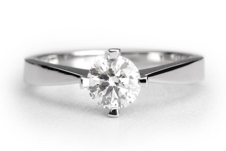 Een verlovingsring waarbij de briljant echt geaccentueerd wordt. De smalle scheen van de ring wordt richting de diamant steeds dunner. De diamant is gezet in een chaton met vier ranke zetpootjes. De verlovingsring Santiago is uit te voeren met een diamant formaat naar keuze.