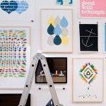 """""""Espero que mi trabajo nos recuerde que la imaginación puede desafiar la gravedad y modificar el tiempo. Es nuestra responsabilidad disfrutar de cada segundo del día. Nadie más puede hacerlo por nosotros. Diviértete, haz lo que amas, ama lo que haces…"""".Emil Kozak es un diseñador gráfico de origen danés quien actualmente radica en Barcelona. Especializado …"""