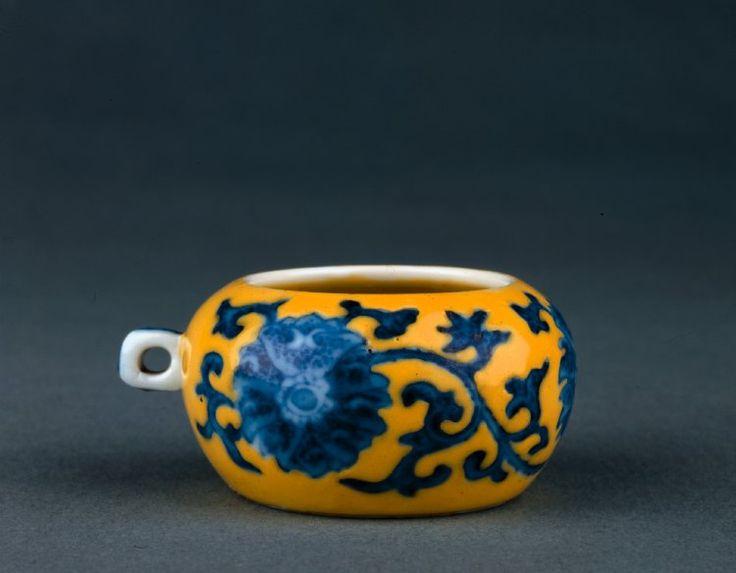片側に小さなハンドル付き落ち込ん球形の磁器鳥シードカップ。 外装、真っ白なインテリアに黄色のエナメル質の地面に釉裏コバルトブルー。 外装、金箔footring上の正式なフローラルスクロール。 ベース上釉裏青でマーク。