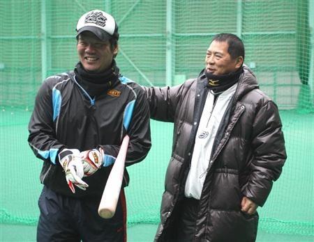 近大・榎本保監督(右)に声をかけられる阪神・藤井彰人=近畿大学硬式野球部グラウンド