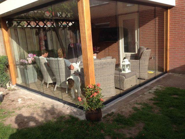 Gumax glazen schuifdeuren in een houten terrasoverkapping. #glazenschuifwanden