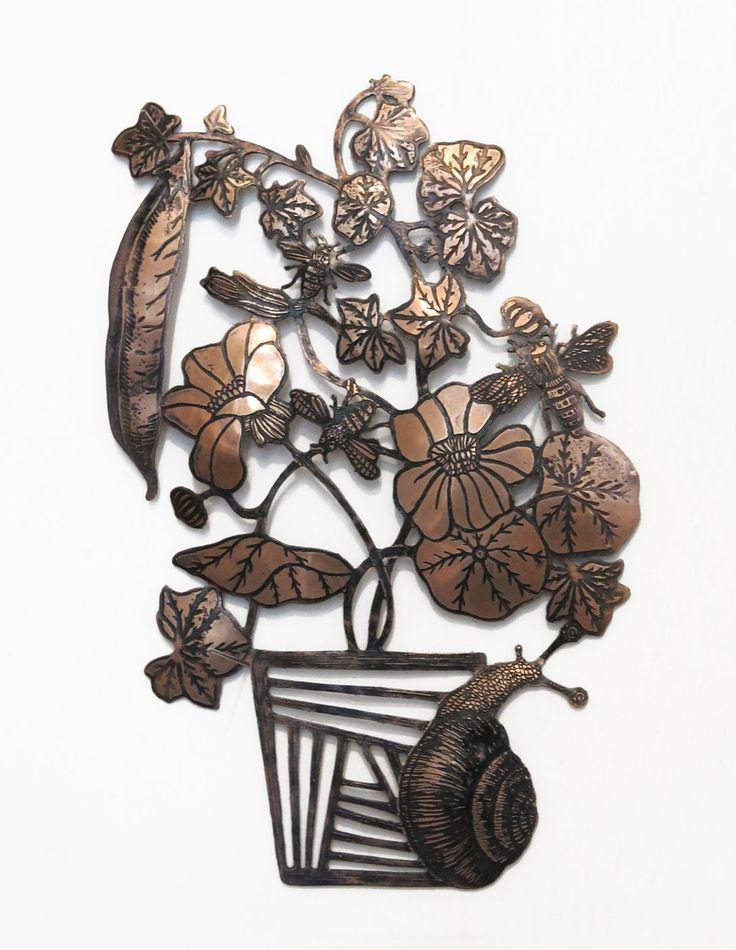 Mauvaise langue Travail de Michaël Cailloux autour de la symbolique du bouquet de fleurs et des messages destinés à faire passer. Son objectif : des bijoux et gravures «porte bonheur», comme des gris-gris qu'on accroche au mur pour symboliser la vie et ses croyances. « Mauvaise langue » représente le pardon par la métaphore de la bave d'escargot, c'est le bouquet qui symbolise la mauvaise parole prononcée ou un acte que l'on regrette.