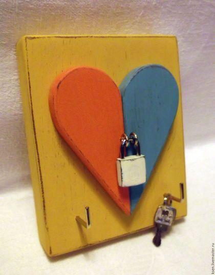 Купить или заказать ключница 'Любовь' в интернет-магазине на Ярмарке Мастеров. ключница/вешалка для того, чтобы вешать ключи, бижутерию (бусы, цепочки, часики наручные, ремешки), фен, на кухне можно повесить прихватки, полотенце, фартук и т.п. Все мои работы из дерева.