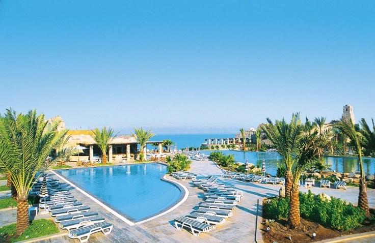 Pięciogwiadkowy hotel Mövenpick Resort & Spa nad Morzem Martwym oferuje różne kuracje zdrowotne, np. dla osób cierpiących na reumatyzm, łuszczycę lub łuszczycowe zapalenie stawów.