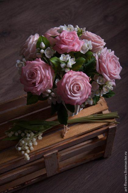 Купить или заказать Розовые розы и жасмин в интернет-магазине на Ярмарке Мастеров. Интерьерная композиция из розовых роз и жасмина в пастельных тонах. Прекрасно впишется и станет украшением любого интерьера, привнесет нотку изысканности и элегантности. Станет замечательным и удивительным подарком для Вас и ваших близких на любой случай. Композиция состоит из семи крупных роз и веток жасмина. Цвет может быть любой. Тончайшая проработка и нюансировка деталей, тчательная подборка каждого…