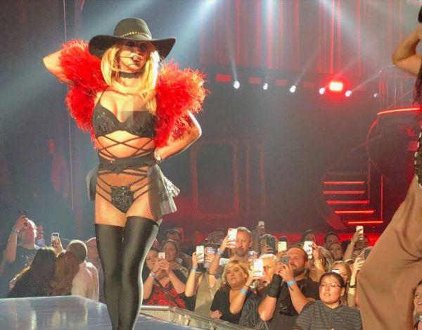 Бритни Спирс оголила пышную грудь во время концерта в Лас-Вегасе http://actualnews.org/exclusive/209121-vo-vremya-koncerta-v-las-vegase-britni-spirs-ogolila-pyshnuyu-grud.html  Во время недавнего концерта на территории Лас-Вегаса в США Бритни Спирс оголила свою грудь. Пышный бюст знаменитости случайно выпал из открытого топа прямо в ходе выступления.