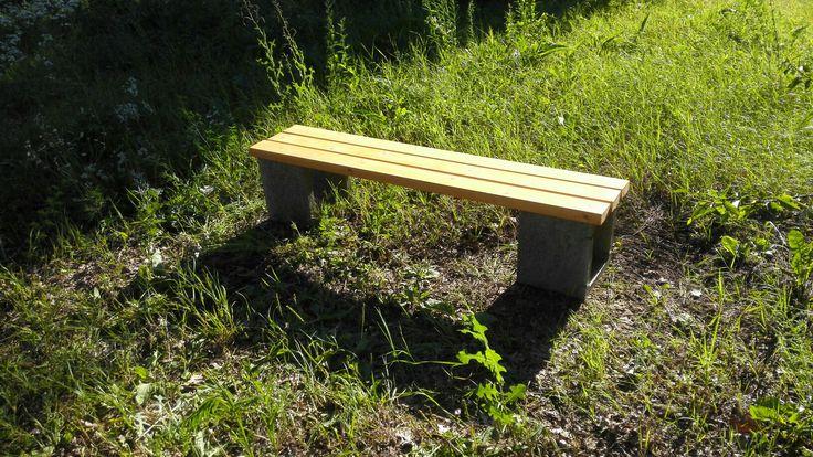 Jednoduchá lavička z tvarnic a dosiek