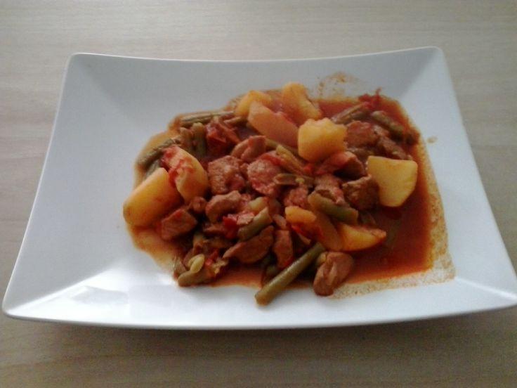 Stoofpotje met boontjes, ui, paprika, aardappelen en varkenspoulet.