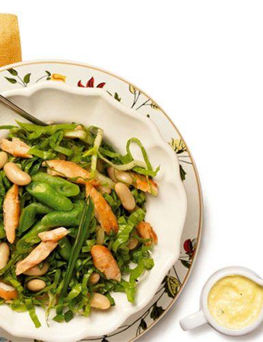 Salada de feijão-branco com lascas de salmão
