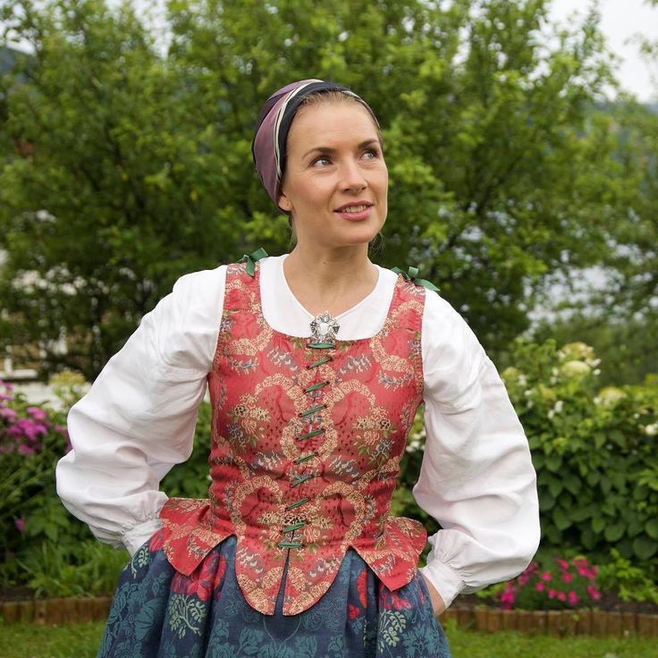 Mona Lund-Riise Løkting (@staslig_bunad) Instagram media 2016-08-08 10:07:46 #bunad #rekonstruertfolkedrakt #gudbrandsdalen #folkcostume #reconstruction #silke # silk thread #silk #lin #linnen # hand stitch #handsawing # stitch stitch # crafts # master #bunadmester #staslig #brudedrakt #kultur #culture #tradition #tradition