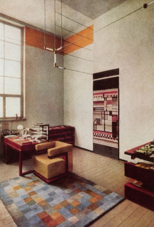 Germany. Walter Gropius' Bauhaus Weimar director's office, 1923. Gertrud Arndt produced this rug for Walter Gropius' office. Else Mögelin designed the wall hanging. Walter did the furniture.