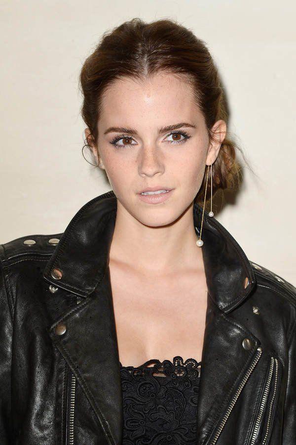 Sieht cool aus und klappt ab schulterlangem Haar - Emma Watson toupiert ihren Oberkopf minimal am, zieht einen nachlässigen Mittelscheitel und nimmt die Haare hinten zu einem tiefen Zopf zusammen.