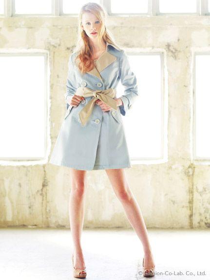 春の定番トレンチコート。淡いブルーのトレンチで軽やかな春気分♪結婚式に着ていくおすすめのコート♡
