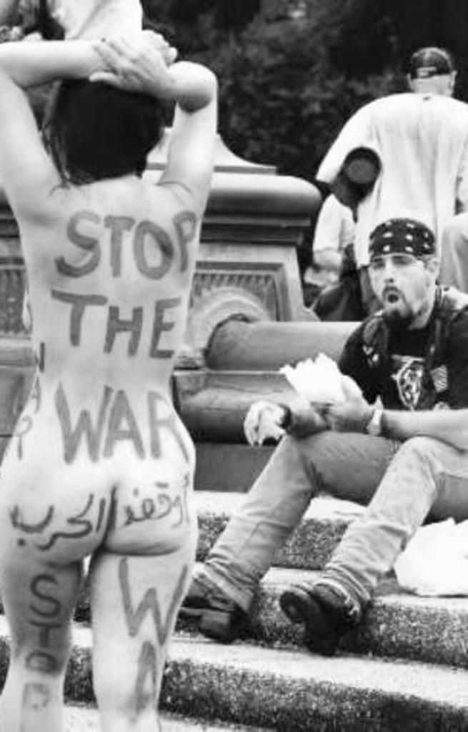 Hala Faisal paseaba desnuda con lemas contra la guerra pintados en su cuerpo en la fuente de Washington Square el martes en una protesta contra la guerra de Irak. Foto por Jefferson Siegel
