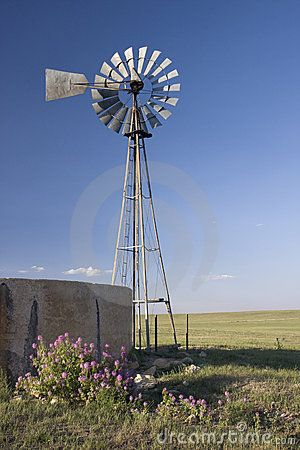 Mulino a vento, pompa ad acqua e serbatoio di calcestruzzo in shortgra