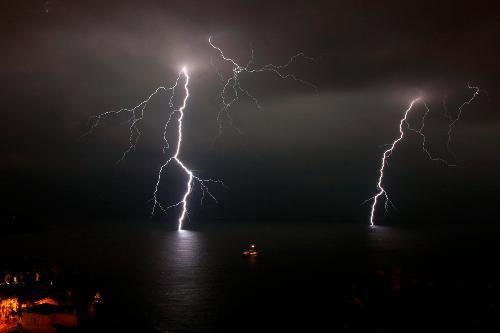 La Côte d'Azur toujours en vigilance orages et pluies. Forte houle annoncée dans la journée http://www.nicematin.com/derniere-minute/le-var-et-la-cote-dazur-toujours-en-alerte-orange-orage-pluies.1969818.html…
