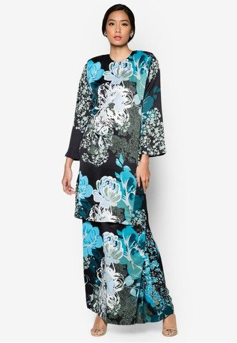 Baju Kurung Helena from Butik Sireh Pinang in Blue It's all about the oriental aesthetic with the Baju Kurung Helena from Butik Sireh Pinang. Made of soft cotton blend with bold floral prints, top off your festive ensemble with a tinge of drama through the side pleat detailing. Top - Polyblend -... #bajukurung #bajukurungmoden