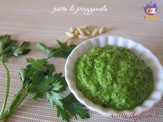 Il pesto di prezzemolo è una salsa delicata ideale per carne e pesce, ma anche per la pasta. Si prepara in pochi minuti e si può anche congelare.