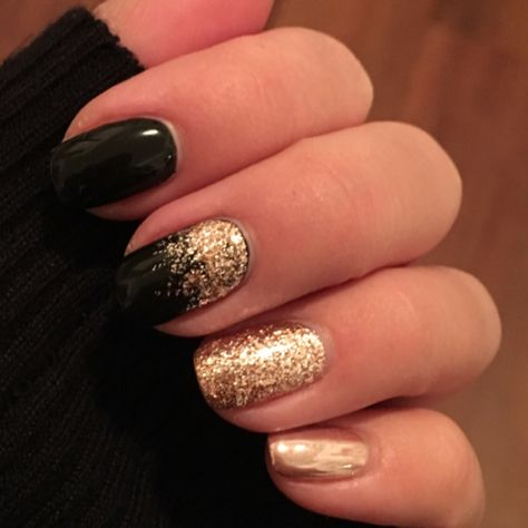 Black and rose gold nails for a classy holiday season! Glitter and chrome