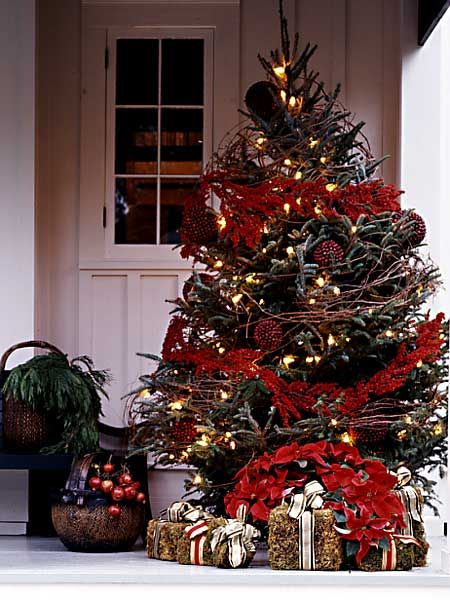 """Outdoor tree...notice the """"wrapped"""" bundles of hay. Adorable.: Idea, Porch Tree, Christmas Decor, Christmas Trees, Christmas Porch, Merry Christmas, Outdoor Christmas"""