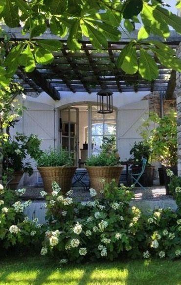 Het is weer heerlijk weer om veel in de tuin te zijn. Fantastische pergola. Mooie tuin met veel groen... Relaxplekje... ...