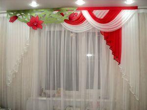 Цветочные бело-красные шторы для кухни