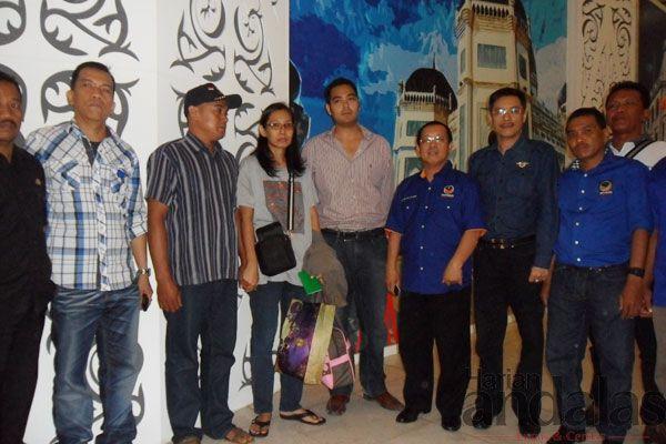 DIABADIKAN-Yani (tiga dari kanan) diabadikan bersama suaminya Suharianto dan Prananda Surya Paloh serta Ketua dan Sekretaris DPW Partai NasD...