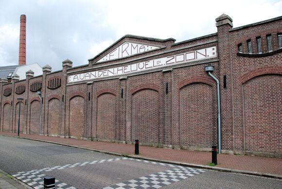De voorgevel van het Weverijmuseum, waar voorheen de fabriek A. van den Heuvel & Zoon zat.