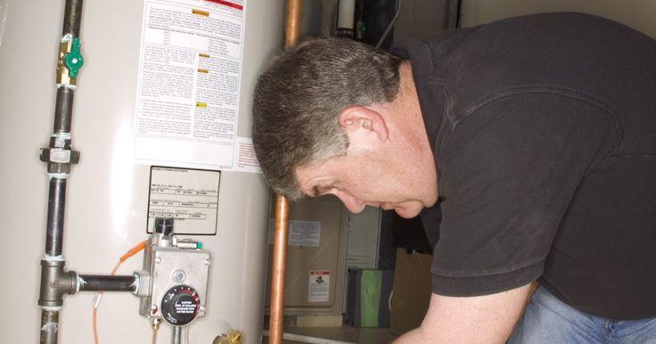 Cómo purgar un calentador de agua. Con el tiempo, los calentadores de agua (tanto a gas como eléctricos) acumulan sedimentos en ellos. Si se deja pasar demasiado tiempo, puede hacer que tu calentador de agua se vuelva menos eficiente y se reduzca su vida útil, por lo que es aconsejable deshacerse de él. La purga del calentador de agua sirve para quitar el sedimento del tanque.