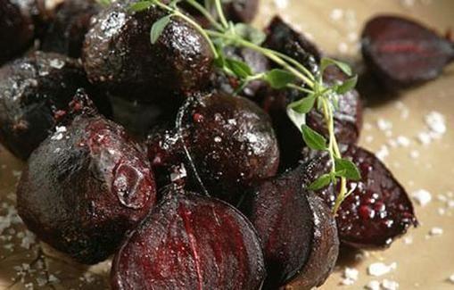 Balsamicokastikkeella maustetut punajuuret ovat oiva lisäke punaiselle lihalle.