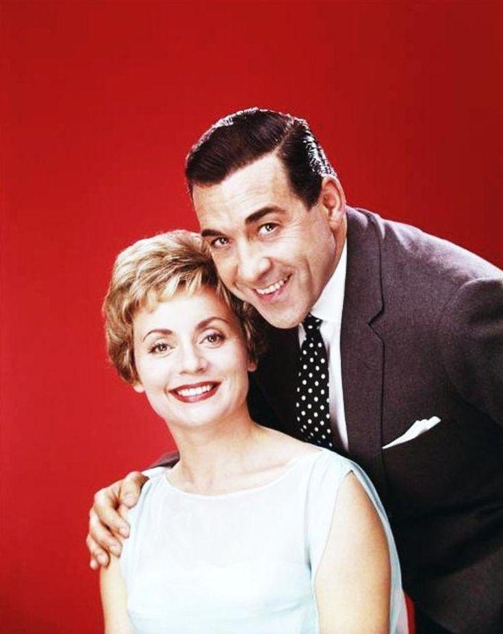 """Annie CORDY, de son vrai nom Léonia COOREMAN, est une chanteuse et actrice belge, née à Laeken (Bruxelles) le 16 juin 1928. Elle a un frère, Louis, et une sœur, Jeanne. Son père s'appelait Jan Cornelius COOREMAN et sa mère Maria De LEEUW. (photos extraites notamment du film """"Le chanteur de Mexico"""" en 1956 de Francis LOPEZ avec Bourvil et Luis MARIANO entre autres)."""