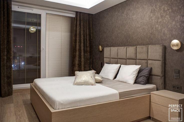 Aranżacja wnętrza sypialni w nowoczesnym stylu. 2-osobowe łóżko z miękkim pikowanym zagłówkiem. Meble są wykonane z drewna dębowego, z którym doskonale współgra tapeta Ronald Redding Industrial Interiors.